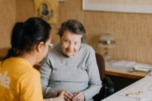 Vanhusten turvallisuus kotona lisääntyy kun Stella ottaa 9Solutions turvapuhelinjärjestelmän käyttöön kotihoidossa