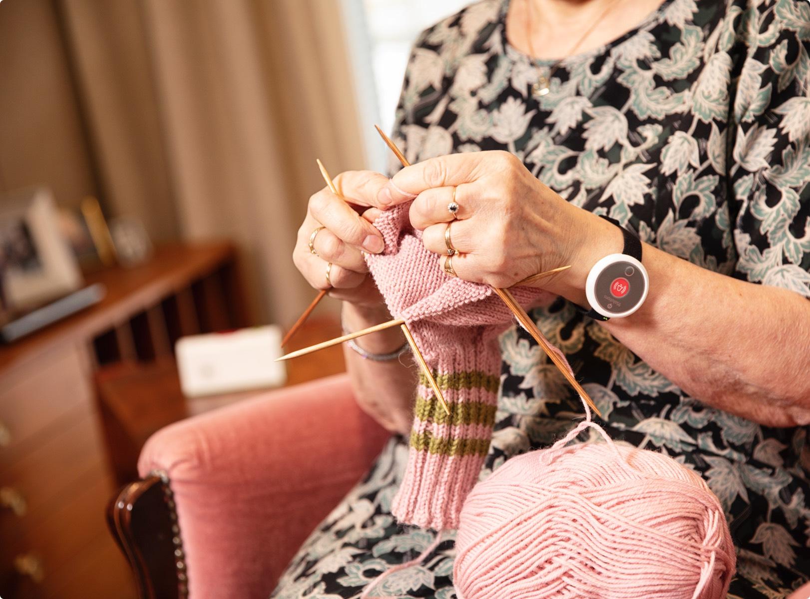 Kokonaisvaltainen kotihoidon palvelualusta tukee ikääntyneen itsenäistä elämää omassa kodissa ja helpottaa kotihoidon työtä. Järjestelmään kuuluu turvapuhelimen lisäksi turvaranneke, etähoiva- ja etämittausratkaisut, älykäs poistumistunnistin sekä aktiivisuusseuranta.